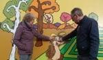 Anneke Dooms en Rudy Schunselaar laten de krassen zien die aan onder meer de mascotte van de Ruurlose doolhof is toegebracht. Foto: Jan Hendriksen.