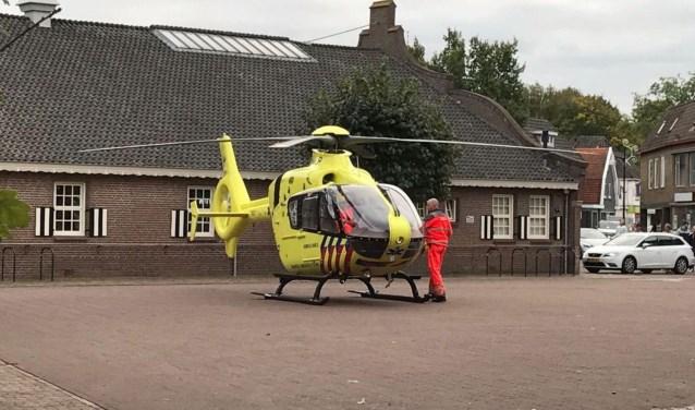 Op het plein aan de Kerkstraat is zondagmiddag een trauma-heli geland om hulp te verlenen aan een man. Foto: News United/112Achterhoek-Nieuws