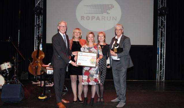 Wethouder Oege Bosch met de bestuursleden Stichting Doorkomst Roparun Zutphen: Elly Makkinga, Jolanda Scholten, Jacqueline Wunderink en René Slingerland. Foto: PR