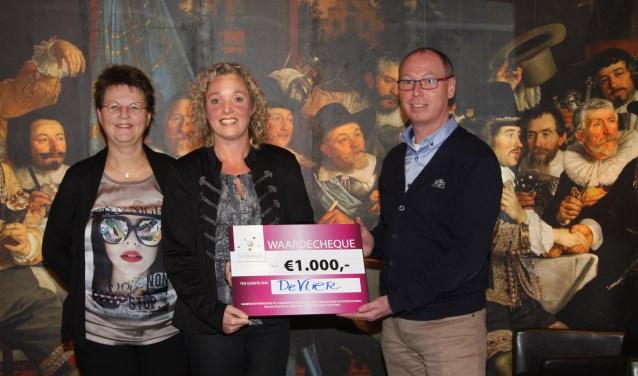 In 2015 ging de cheque naar basisschool De Vlier. Rechts op de foto André Onnink, voorzitter van De Compagnie. Foto: PR
