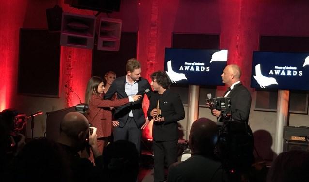 Lars Gierveld heeft zojuist de award in ontvangst genomen en geeft Georgina Verbaan een reactie hierop.