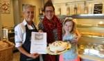 Miriam Blom van Bakkerij Dijkman met Silke en Julia en hun eigen gebakken taart. Foto: Marlous Velthausz