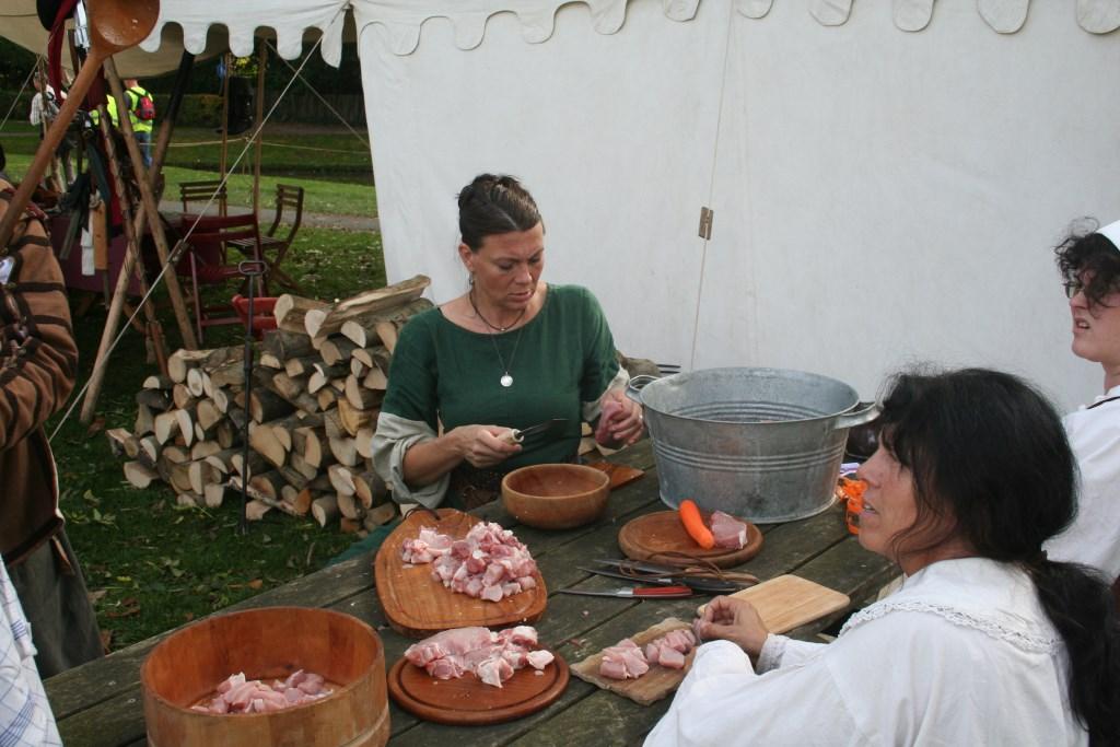 Bezoekers hoeven niet zelf voor hun eten en drinken te zorgen, zij kunnen met 1 munt bij 13 horecagelegenheden terecht. Foto: Kyra Broshuis