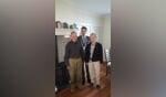 Jan en Ciska Wiegerinck samen met burgemeester Joost van Oostrum van de gemeente Berkelland. Foto: PR.