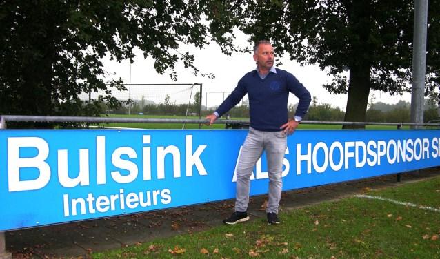 Kilder trainer Marcel Lucassen langs de lijn op Sportpark De Pol. Foto: John van der Kamp.