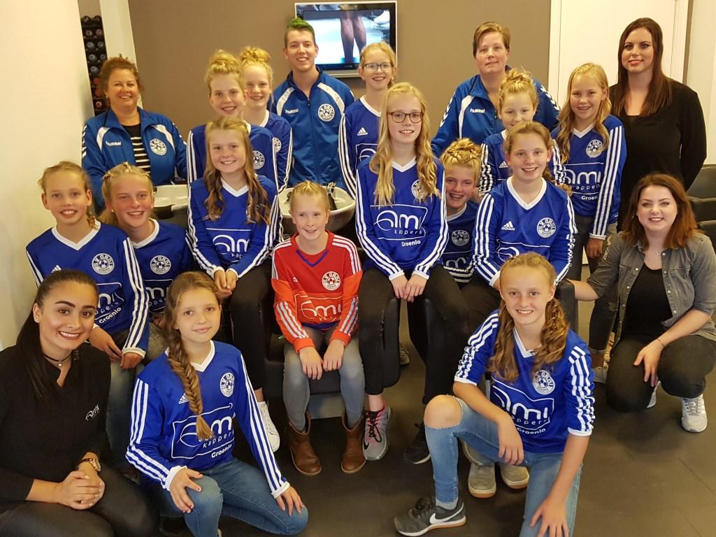 De voetbalmeiden van Grol bij hun sponsor Ami Kappers. Foto: PR