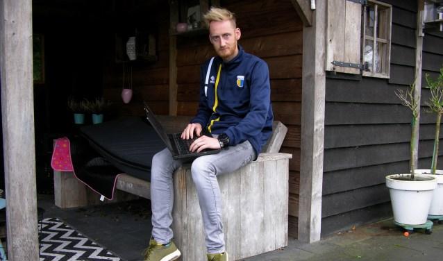 DZC-trainer Steven Verheijen achter zijn laptop, bekijkt de videoanalyse van de laatste wedstrijd. Foto: John van der Kamp