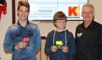 Twee actieve en talentvolle verenigingsscheidsrechters, Lars Vos (FC Zutphen) en Daan Brouwer (Spcl. Brummen), die tijdens de avond in het Fluithuus de eerste set kaarten kregen uitgereikt door SZO-voorzitter Marco Arnoldus. Foto: PR