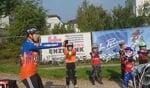 """'Goed voor je bovenbeenspieren"""", legt Jelle van Gorkum uit aan de deelnemers aan de clinic. foto: Kyra Broshuis"""