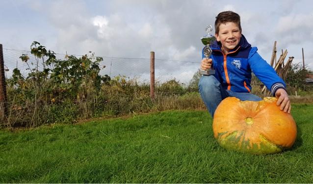 Winnaar Luuk Willemsen met zijn pompoen van 17 kilo. Foto: Luuk Stam