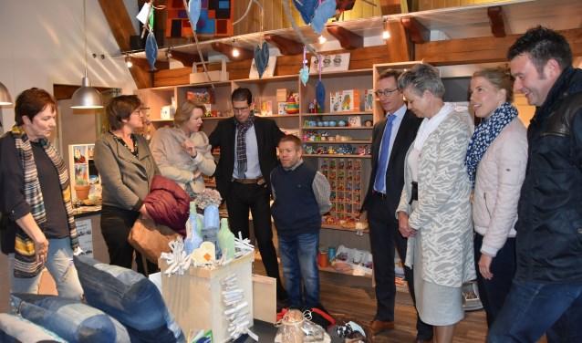 Het college van B&W en de gemeentesecretaris op bezoek bij Total Art, de winkel van Estinea. Foto: Stijn Terlingen