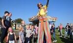 Clown 'op hoge poten' vermaakt de kinderen tijdens Varssels Feest. Foto:PR