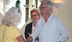 Albert Dik tijdens de regierepetitie; hoe begroet je iemand met (vlnr) Marianne Veldkamp, Sonja Goldner en Albert Dik. Foto: Ans ter Horst