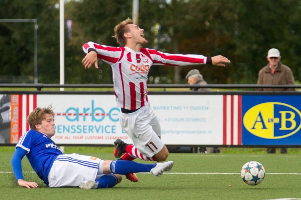 Een slyding levert een penalty op voor Gendringen. Foto: Marcel Houwer