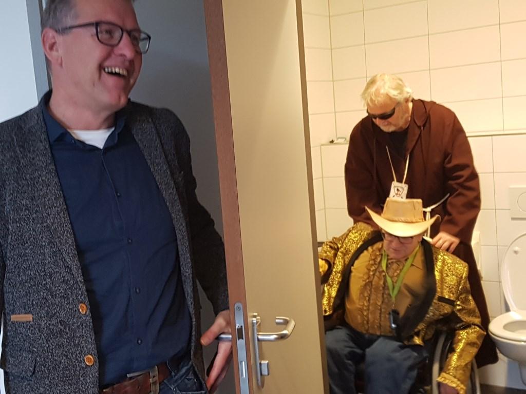 Vrolijke momenten tijdens de testroute van Jan Troost (in rolstoel) en broeder Tuck, Links directeur Tonnie Zieverink van De Mattelier. foto: Kyra Broshuis