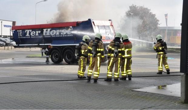 De brandweer kwam de brandende oplegger te blussen. Foto: News United/112Achterhoek-Nieuws