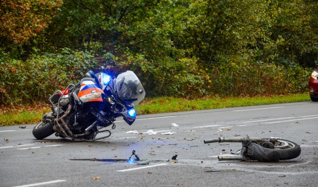 De politiemotor is flink beschadigd. Foto: GinoPress