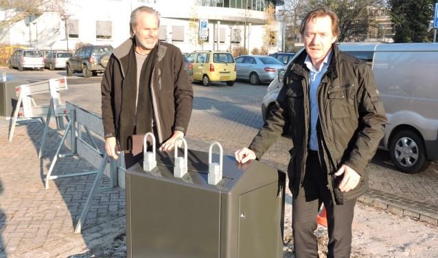 Wethouder Gerard Nijland en beleidsmedewerker Jan ten Klooster bij één van de ondergrondse containers voor restafval. Foto: archief Aaltens Nieuws / Joost van de Nadort