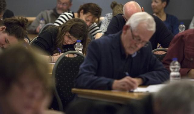 Naast het testen van de Nederlandse taal, steunt men ook een goed doel. Foto: Patrick van Gemert/Zutphens Persbureau