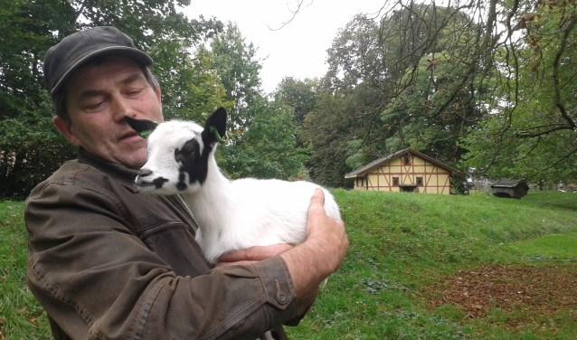 Dierenverzorger Eco Teunissen met de nieuwe aanwinst, een jong dwerggeitje. Foto: PR
