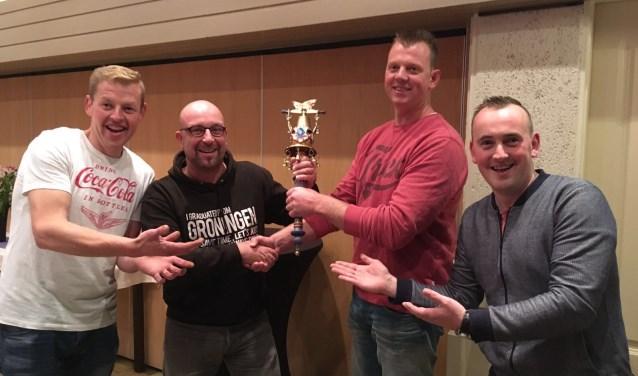 Prins Hans (links), Sander Esselink, Joris Wiegerink en Adjudant Rogier trots op de nieuwe scepter. Foto: PR
