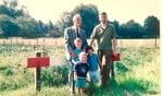 Anton Stapelkamp met zijn vader en kinderen bij boerderij Stapelkamp. Foto: familie Stapelkamp