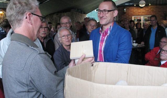 Wethouder Te Gronde bij de opening van het klompenpad in zijn geliefde Woold. Foto: Bernhard Harfsterkamp