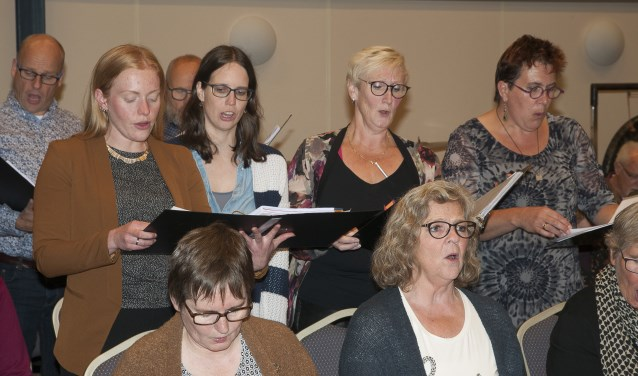 Staand, links Rachel Westerveld met naast haar Sacha Bleeker tijdens het ensemble van Rossini. Foto: Ans ter Horst