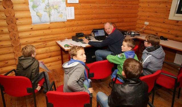 Zendamateur geeft uitleg aan de scouts. Foto: PR