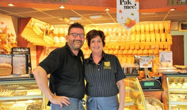 Michel Nales en zijn partner Monique, in de bakkerswinkel aan de Ravenhorsterweg in Winterswijk. Foto: Lydia ter Welle