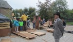 Burgemeester kijkt trots toe naar zijn dorp. Foto: PR.