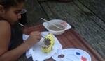 Na de rondleiding gingen de kinderen aan de slag met klompjes schilderen. Foto: PR