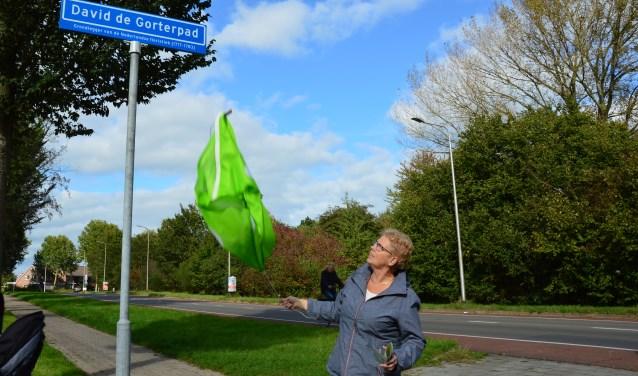 Wethouder Coby Pennings onthulde het straatnaambord: David de Gorterpad.Foto: Alize Hillebrink