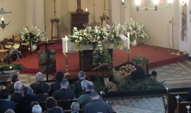 Het altaar is gedecoreerd met opgezette dieren en trofeeën. Foto: PR