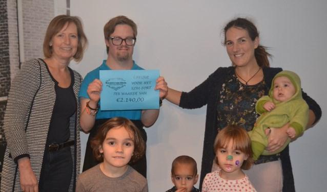 Petra Buijs van Burgers van Diem (l), Jelle Loeters en Nicole Schouten (r) en haar kinderen. Foto: Joke Burink