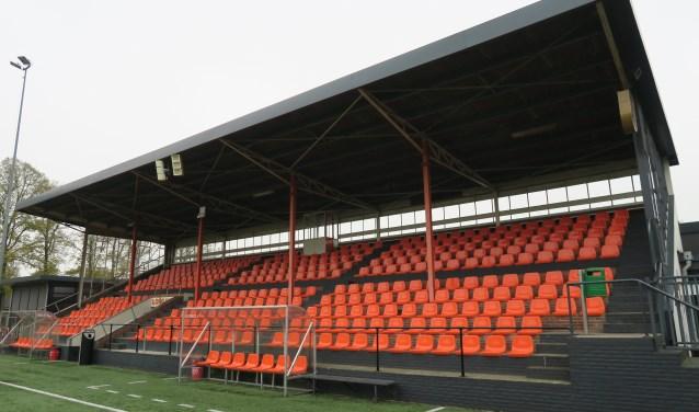 Longa '30 wil het dak van de tribune in het kader van de duurzaamheid vernieuwen. Foto: Theo Huijskes
