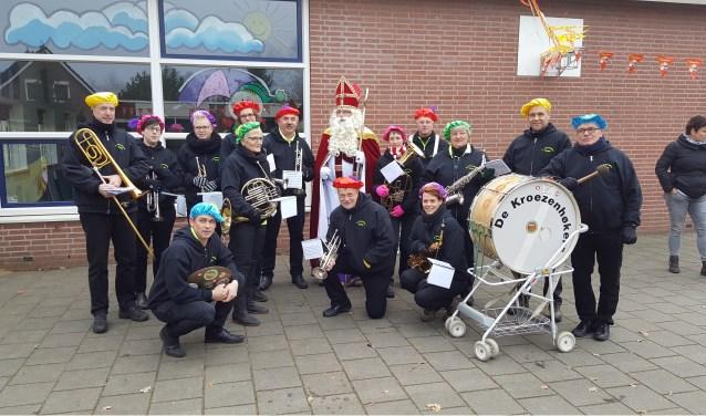 Sint Nicolaas wordt ook dit jaar ingehaald met hulp van de Kroezenhøkers. Foto: Andre Veldhuis