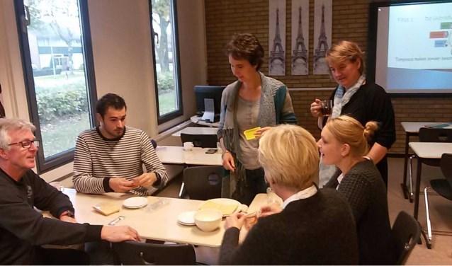 De docenten van Schaersvoorde kregen een workshop Onderzoekend leren van hun collega's van De Bosmark. Foto: PR