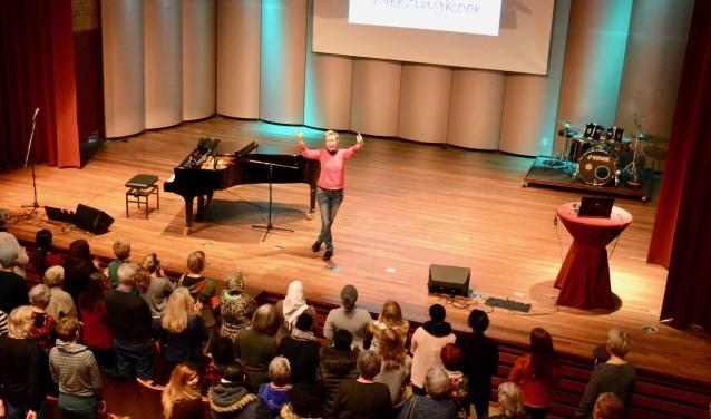 Met enthousiasme dirigeert Annemarie Hilferink het Meezingkoor. Foto: Leander Grooten