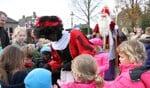 Sinterklaas en zijn Pieten worden ontvangen op het marktplein in Steenderen. Foto: Achterhoekfoto.nl/Liesbeth Spaansen