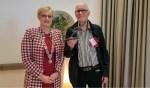 Wim Polman met de bronzen haas die hij ontving uit handen van burgemeester Marianne Besselink. Foto: Luuk Stam