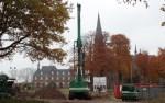 Nadat in een eerder stadium het grondwerk voor de fundering was gerealiseerd, werden vorige week de funderingspalen geboord voor de woningen. Foto: Jan Hendriksen