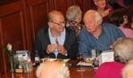 Gezellig bijpraten onder het genot van een lekker diner. Foto: Hans Asmann