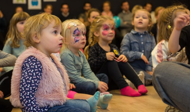 Ademloos luisteren de peuters naar het hilarische verhaal van de kleine mol. Foto: Burry van den Brink
