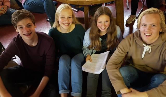 Vlnr Jasper, Eva, Danique en Storm maken deel uit van de 'toneelfamilie' van Marianum en zijn druk met repeteren voor 'Licht uit'. Foto: Kyra Broshuis