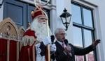 Sint Nicolaas, met de burgemeester, hier nog zonder ambtsketting. Foto: Leo van der Linde