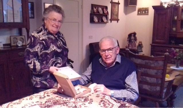 Het echtpaar Wienholts, cliënten van de thuiszorg van Careaz, bekijken de attentie. Foto: PR