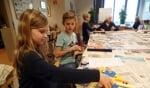 Linde Spenkelink was een van de kinderen die een prachtig kleurrijk werkstuk maakte. Foto: Jan Hendriksen.