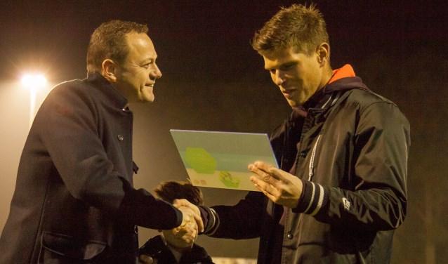 Klaas-Jan Huntelaar overhandigt het certificaat aan vice-voorzitter Pieter Tomesen. Foto: Marco ter Haar