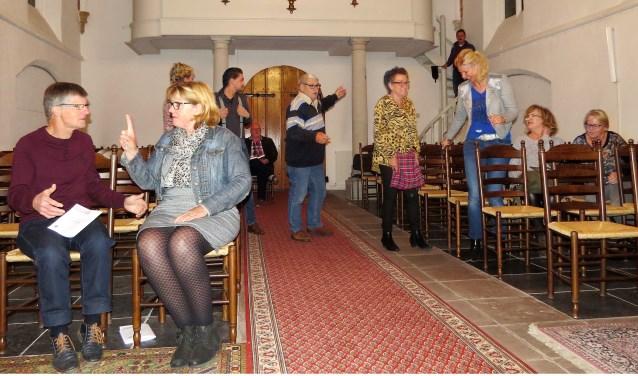 Spelers van Toneelvereniging Etten die in de Oude Ettense Kerk repeteren voor 'Gaten'. Foto: Josée Gruwel